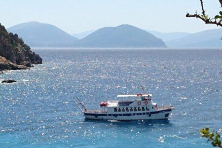 Fähre an der Küste Griechenlands